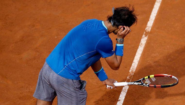 De Spaanse tennisser Rafael Nadal bereidt zich met vaste gebaren voor op zijn service. Beeld Gregorio Borgia / AP