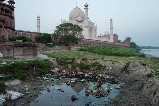 De Taj Mahal weerkaatst in het rioolwater dat geloosd wordt op de rivier Yamuna