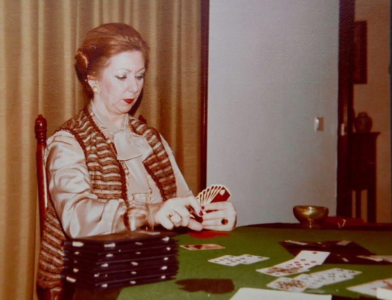 Elly Ducheyne aan de bridgetafel. Beeld