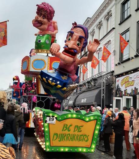 Liveblog | Opruimen maar: laatste loopgroep van optocht Breda over de Hoge Brug heen