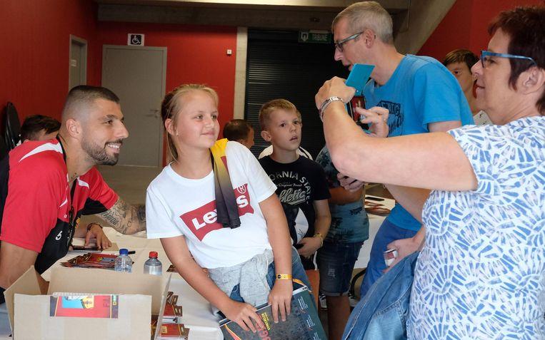 De mama van Silke neemt een foto van haar dochter en een KV Mechelen-speler.