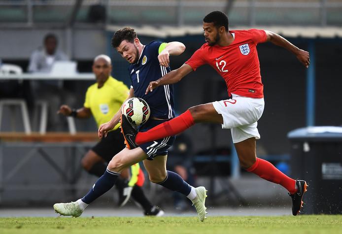 Jake Clarke-Salter duelleert voor Engeland Onder 21 jaar met de Schot Oliver Burke (links).