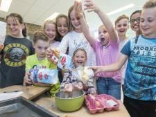 Gianna en haar Brugger klasgenoten bakken koekjes voor KiKa