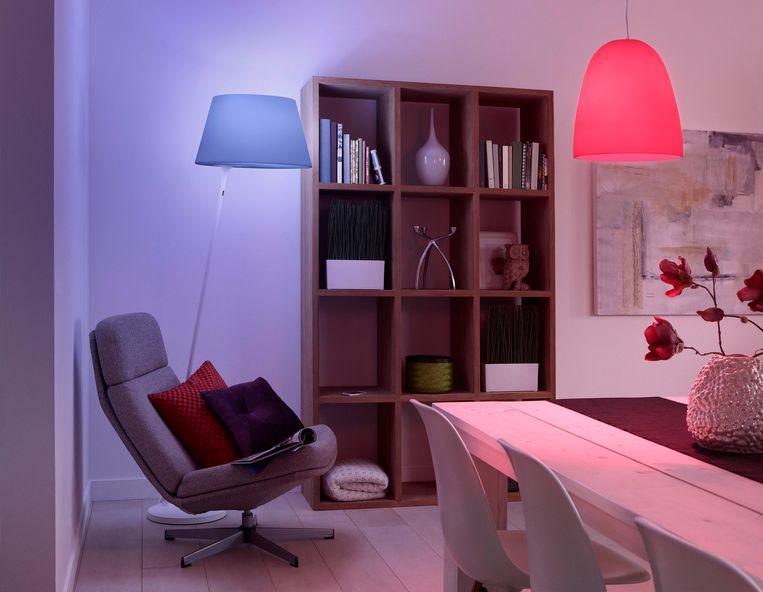 Een kamer verlicht met slimme Hue-lampen.