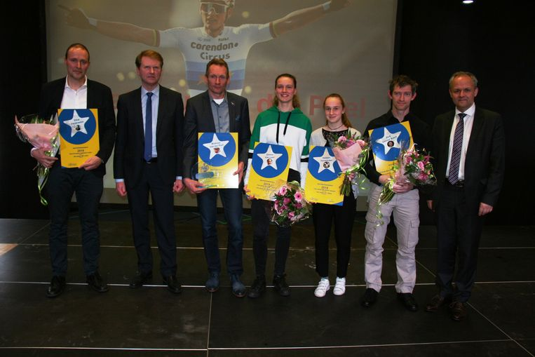 Namens zijn zoon neemt vader Adri van der Poel de titel van sportfiguur in ontvangst