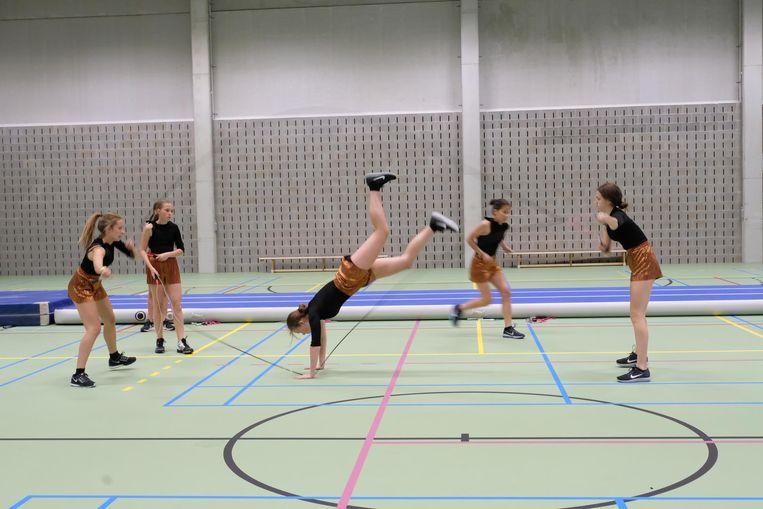 De meisjes van het ropeskippingteam halen alles uit de kast.