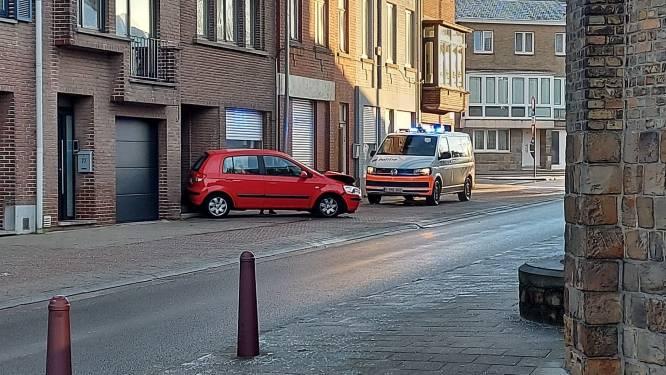 Gladde wegdek brengt voertuig aan het slippen