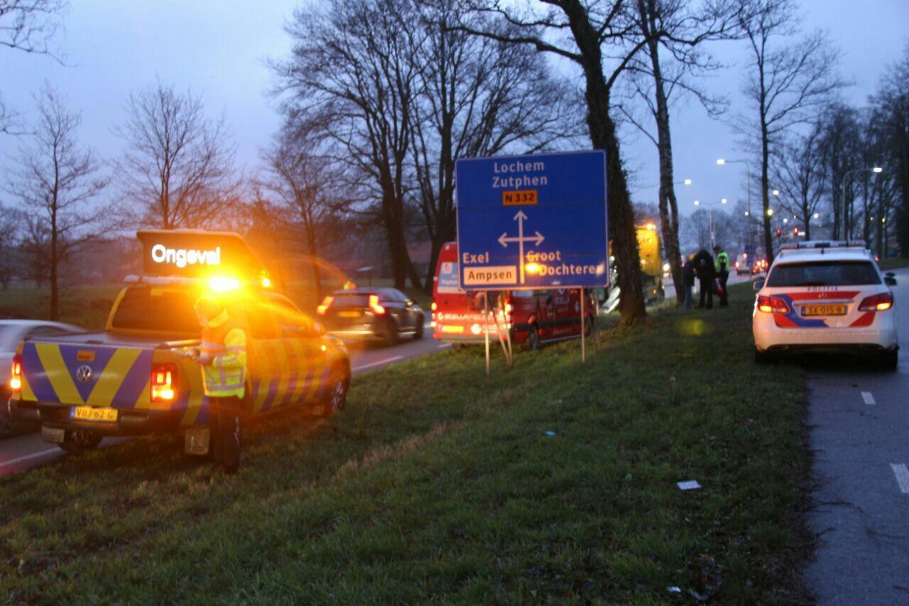 De hulpdiensten leiden het verkeer langs het ongeval bij Lochem.