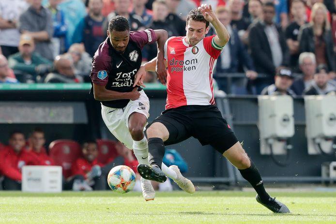 Patrick Joosten als speler van FC Utrecht in duel met Eric Botteghin van Feyenoord.