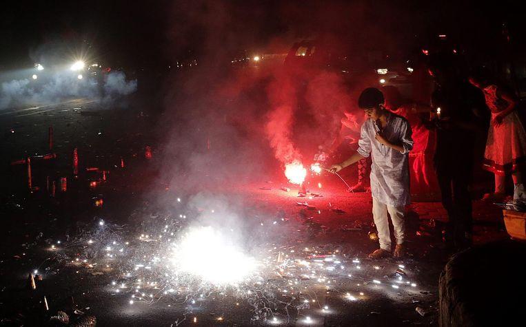 Inwoners van Delhi steken vuurwerk af tijdens Diwali. Beeld epa