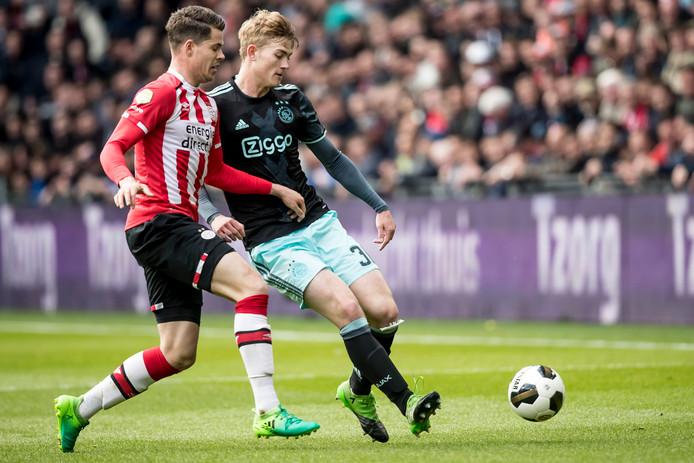 23 april 2017: Matthijs de Ligt in duel met Marco van Ginkel tijdens PSV - Ajax.