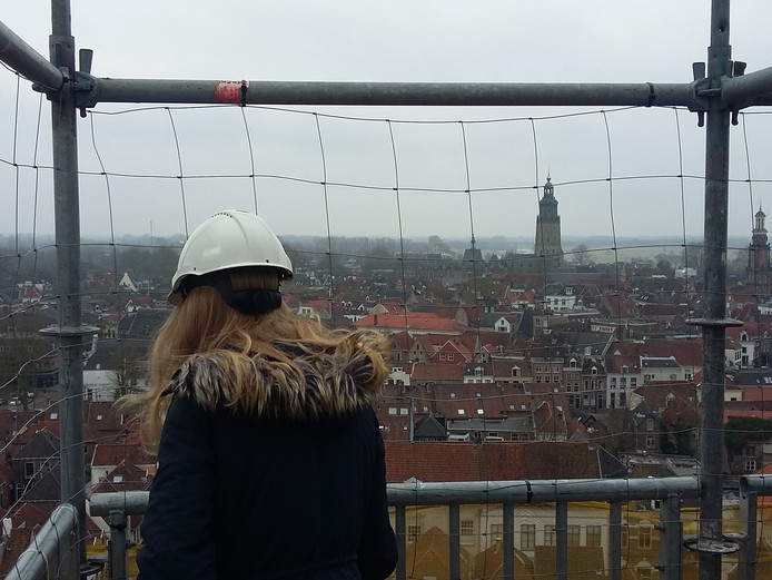 Scholieren genieten van het uitzicht op de Sint Janskerk in Zutphen.