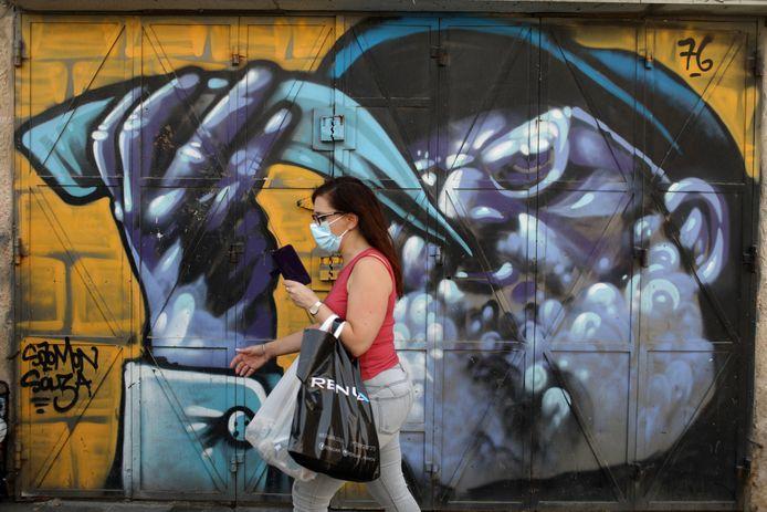 Een vrouw met mondmasker in Jeruzalem