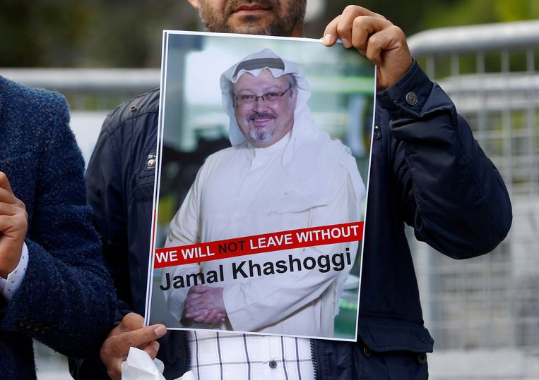 Een demonstrant houdt een foto van de Saoedische journalist Jamal Khashoggi vast.