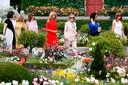 Van links naar rechts: Akie Abe, Malgorzata Tusk, Jenny Morrison, Brigitte Macron, Cecilia Morel, Adele Malpass en Melania Trump in de tuin van Villa Arnaga in het Franse Cambo-les-Bains.