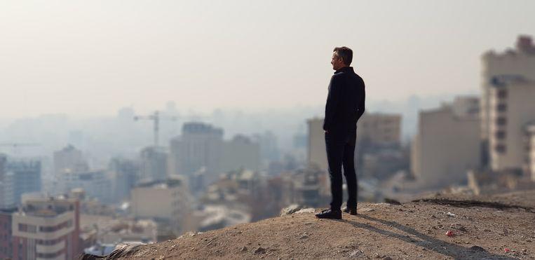 Thomas Erdbrink bij een uitzicht over Teheran. Beeld VPRO