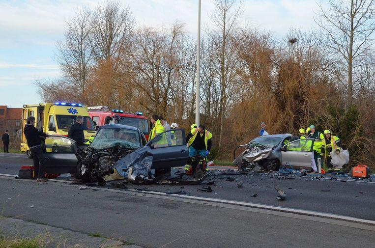 De ravage op de Rijksweg in Lendelede na de frontale klap. Links staat de Peugeot van Sigurd L.. In de Nissan rechts stierf het Waregemse koppel