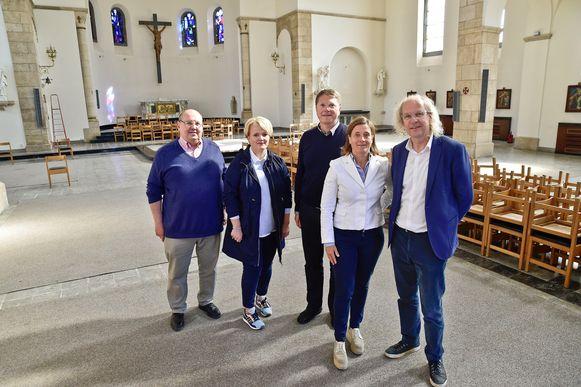 Voorzitter van de kerkfabriek Peter De Poorter, schepen Nathalie Muylle (CD&V) en Christophe Keirsbilck, Barbara Ostyn en Jan Tyvaert van 3 Architecten in de Sint-Jozefskerk.