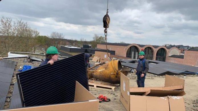 Op het dak van het Huis voor Cultuur en Bestuur in Nijverdal  zijn 58 zonnepanelen geplaatst. Ook op andere gemeentelijke eigendommen worden binnenkort dit soort maatregelen genomen.