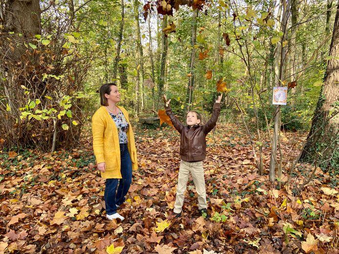Sofie Goorden heeft samen met haar zoontje Maurice (8) een herfstblaadjeswandeling bedacht