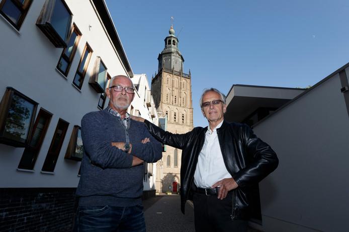 Frans Velthuis (rechts) en Rob van Druten halen cabaretvoorstelling Heit al geheurt in november naar de Walburgikerk. ,,We willen de kerk helemaal vol krijgen voor onze hoogmis'', zegt Velthuis.