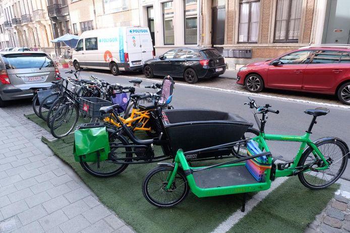 Minder parkeerplaatsen, méér ruimte voor de fiets. Dat is de boodschap van de Antwerpse Park(ing) Day, hier in de Diercxsensstraat bij Den Bell.