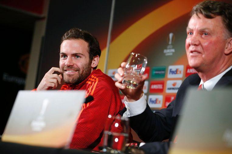 Van Gaal (rechts) en speler Mata tijdens de persconferentie. Beeld afp