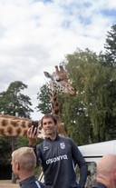Keeperstrainer Raimond van der Gouw maakt nog snel even een seflie met een giraffe op de achtergrond.