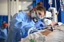 Een coronapatiënt wordt verpleegd op de intensive care.