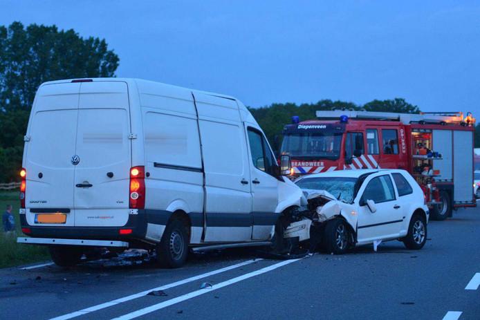 Een bestelbus en een personenauto botsten frontaal op elkaar.