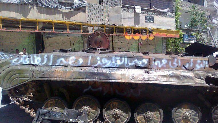 Een verwoeste tank van het Syrische leger in de provincie Idlib. Beeld afp