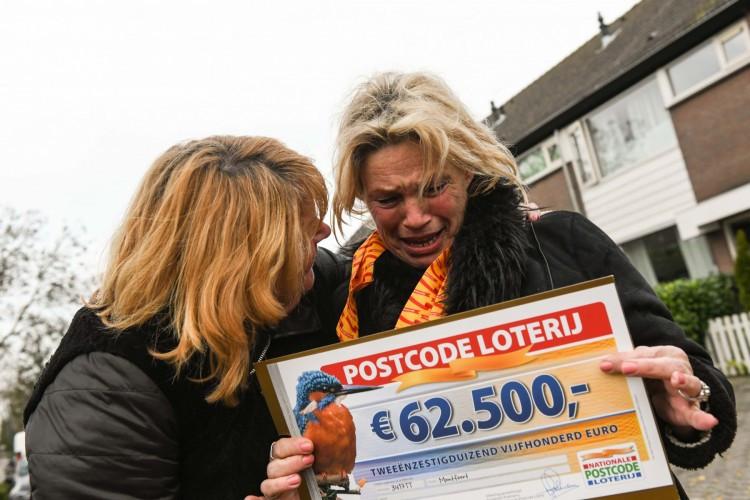Kersttrui Postcodeloterij.Kassa Postcodeloterij Deelt Ton Uit In Tilburg Noord Tilburg Bd Nl