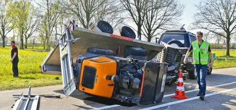 Aanhanger met graafmachine kantelt op N397  bij Riethoven