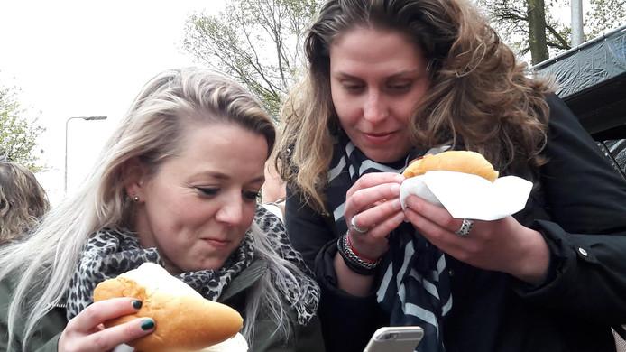 Judith en Riana genieten van een burger