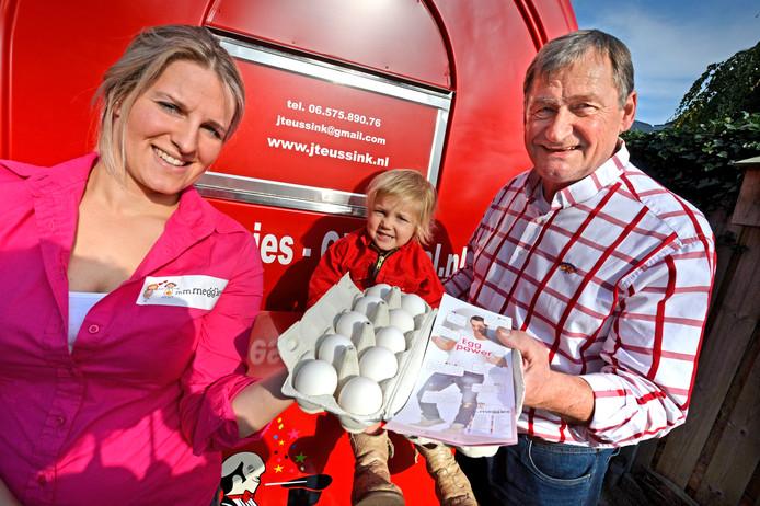 Desiree Feddema deelt op Wereldeierdag doosjes eieren uit, om positieve aandacht op eiersector te richten (na fipronilaffaire). Ze bezoekt in Oldenzaal Jan Teusink.