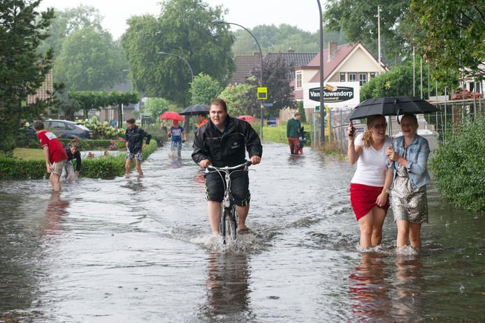 De laatste keer dat Elspeet onder water stond was in juli 2014. Sindsdien heeft de gemeente maatregelen genomen om het dorp klimaatbestendig te maken. Zo is er een groot waterreservoir gebouwd onder de parkeerplaats naast de dorpskerk.