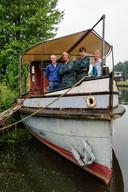 Kopers Reinout en Olivier van der Wiel (midden) geflankeerd door de vorige eigenaren Wim en Anneke Robbertsen.