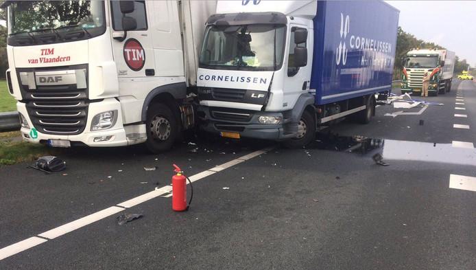 Op de A12 zijn vlak voor de afrit Wageningen twee vrachtwagens in botsing gekomen.