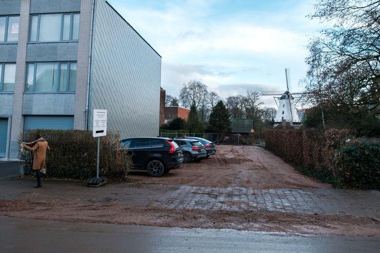 De gemeente voorziet een nieuwe gratis parking met 20 plaatsen zolang de werkzaamheden aan het Jef Van Hoofplein bezig zijn.