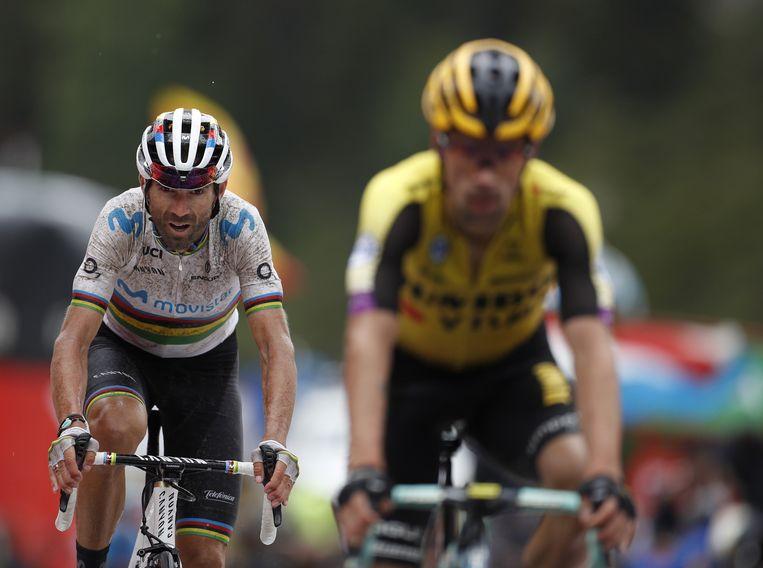 Primoz Roglic arriveert in Cortals d'Encamp met Alejandro Valverde in zijn wiel. Beeld EPA
