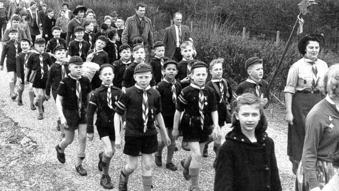 De welpenorde van de St. Nicolaasgroep tijdens de Duinenmars in 1950.