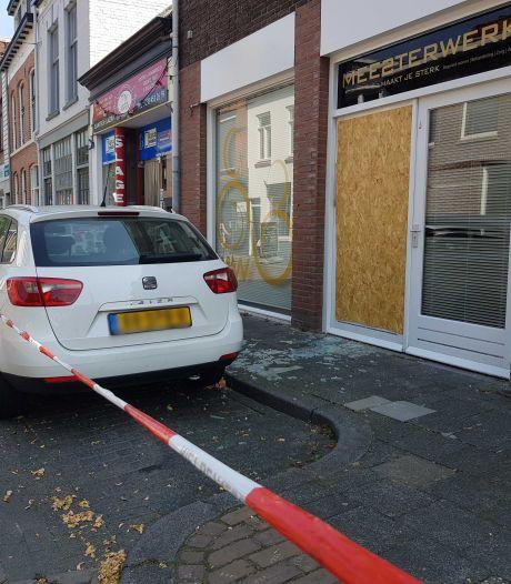 Explosief door brievenbus zorgbedrijf Zwolle: ramen en deur gesneuveld