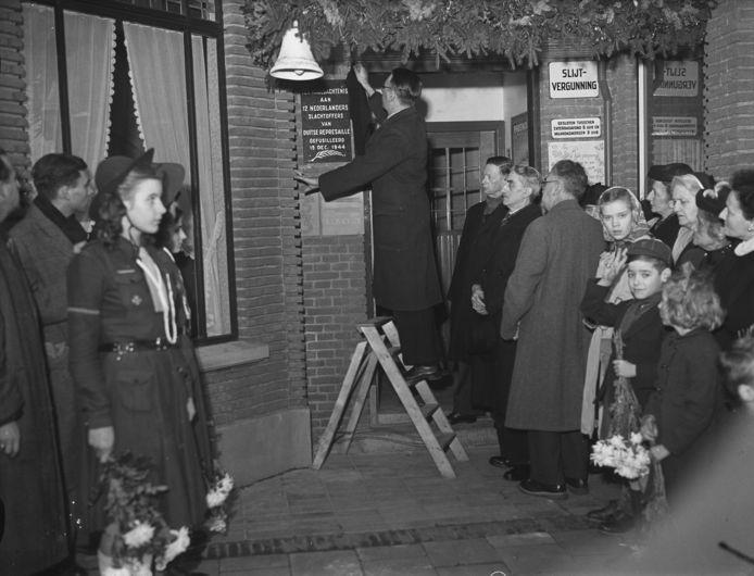 Onthulling in 1948 van gedenksteen voor represaille aan Laan van NOI.