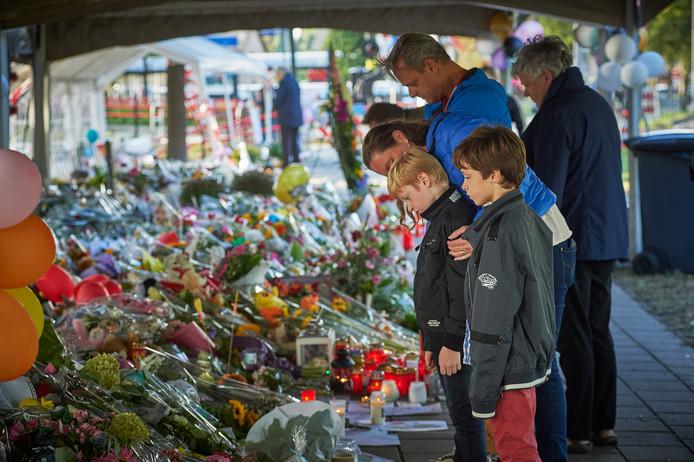 De bloemenzee na het dramatische ongeval bij overweg Oss groeit enorm. Fotograaf: Van Assendelft/Jeroen Appels