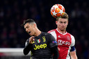 Matthijs de Ligt klopt Cristiano Ronaldo in de lucht tijdens Ajax - Juventus in april van dit jaar. Straks zijn de twee spelers teamgenoten, mits De Ligt de keuring doorstaat.