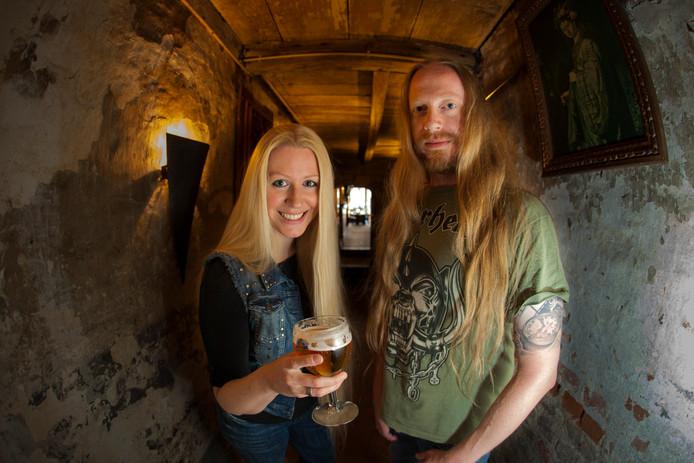 Oprichter Jeroen Wechgelaer en zangeres Marloes Voskuil van de Zutphense metalband Izegrim, die er komende zomer mee stopt.