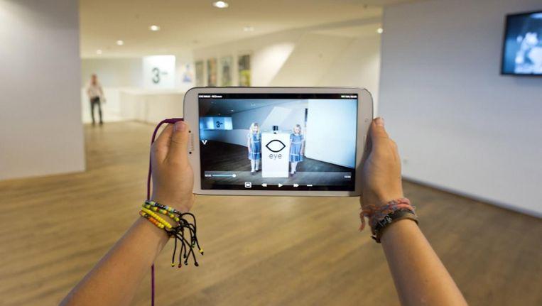 Kinderen kunnen met een tablet een half uur durende tour door Eye maken waarin ze bijvoorbeeld leren hoe je een film spannend maakt Beeld Eye