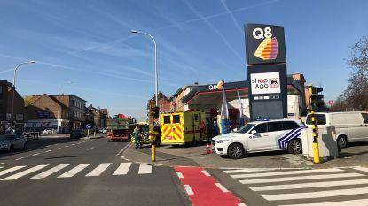 Vrouw belandt onder wielen van bestelwagen zonder bestuurder: slachtoffer overleeft aanrijding niet