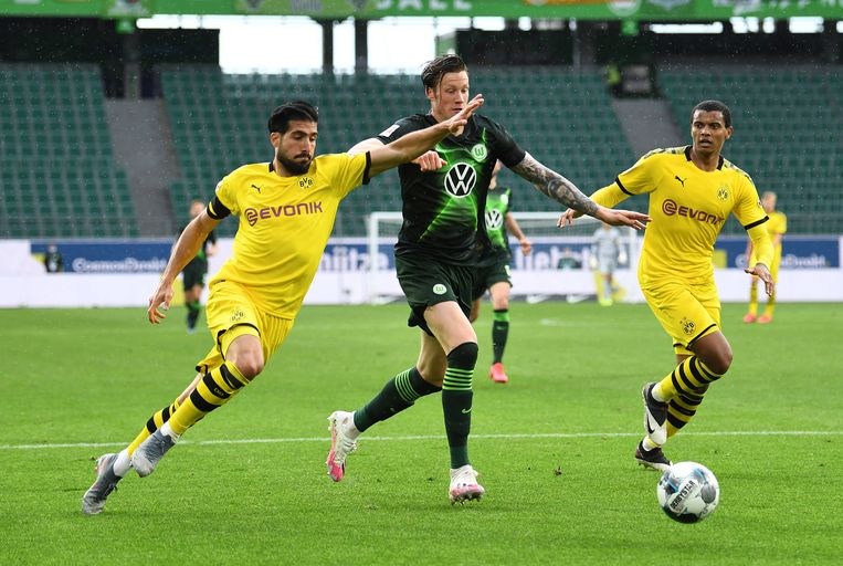 Wout Weghorst in duel met Emre Can (links) van Borussia Dortmund. Beeld BSR Agency