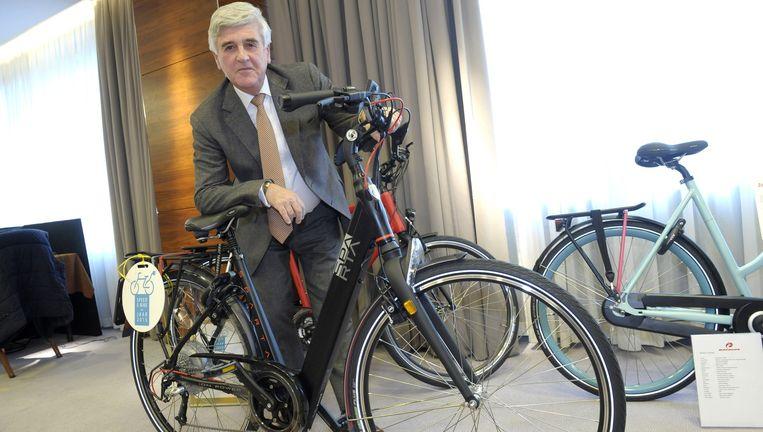 Accell-topman René Takens met elektrische fiets die ook bij jonge klanten populair is. Beeld Cor Salverius / Dijkstra